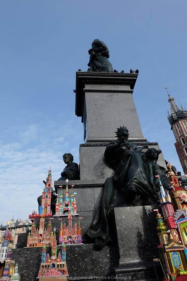 petits modèles de crèches de cracovie sur la statue de la place centrale de Krakow