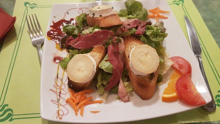 salade de chèvre chaud servie au restaurant petit gazouilis à castelnaudary