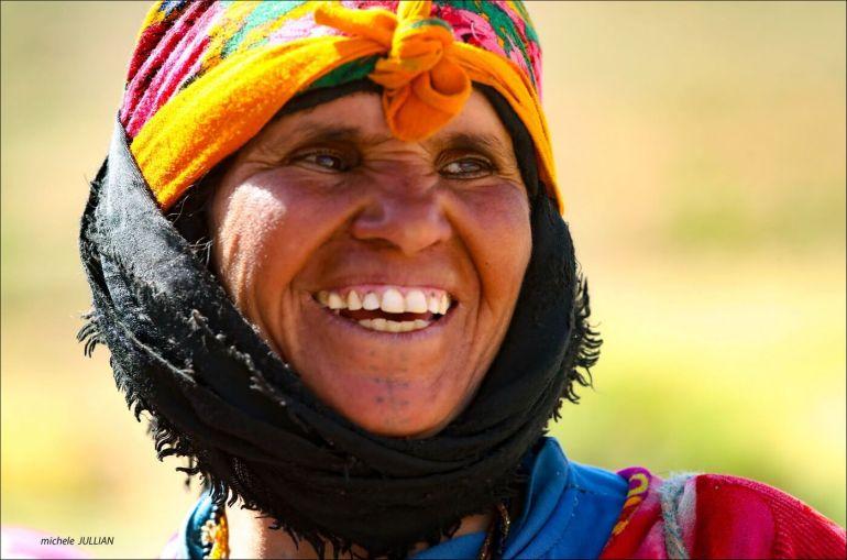 sourire d'une femme berbere au maroc
