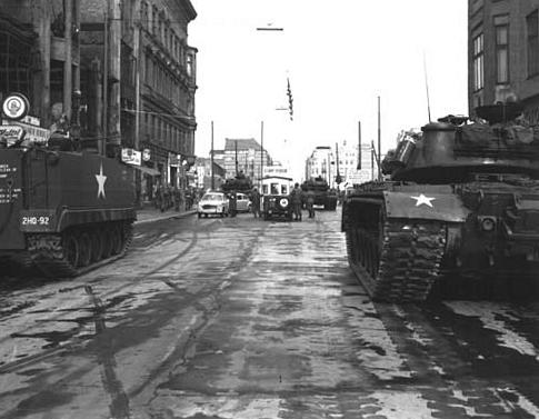 Face à face à Checkpoint Charlie (27 Octobre 1961)