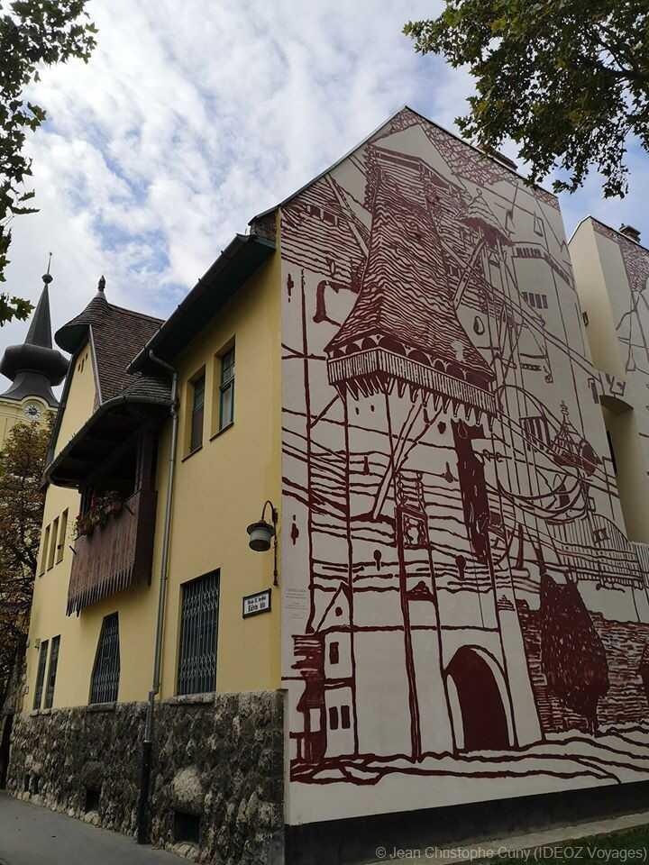 façade en trompe l'oeil dans le quartier d'obuda à budapest