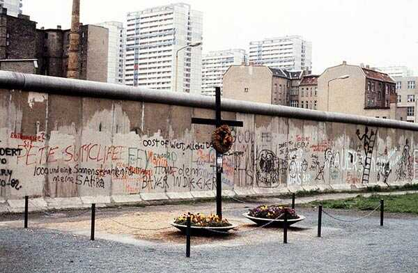 mur de berlin et mémorial aux victimes abattues alors qu'elles tentaient de franchir le mur