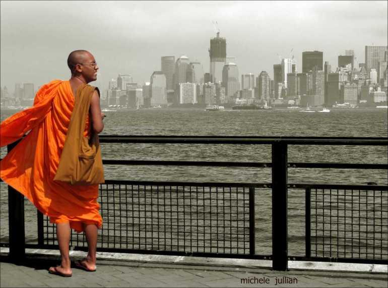 moine bouddhiste admirant le panorama de New york