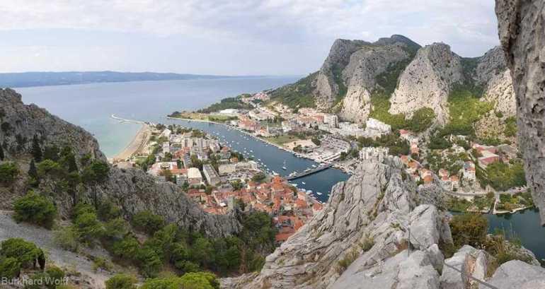 point de vue sur omis et le delta de la rivière cetina depuis la via ferrata de fortica