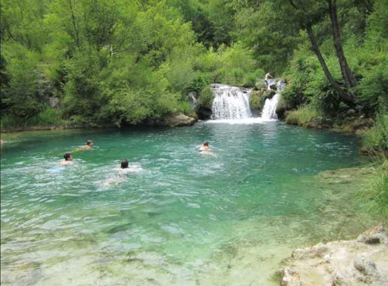 baignade dans la rivière Korana près des cascades