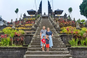 Besakih - La famille Noel et les superbes Sarong