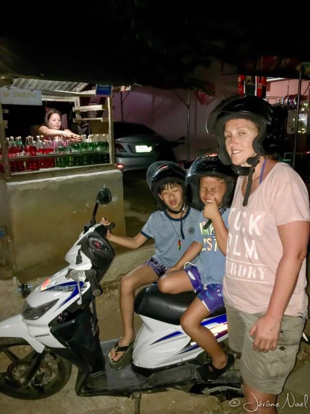 Siquijor - scooters de nuit, plein d'essence