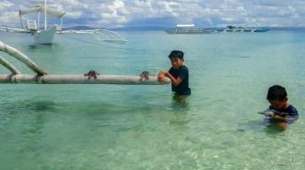 Baignade et jeux autour de la bangka à Pamilacan