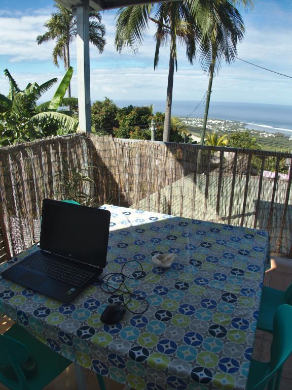 Devenir digital nomad et avoir son bureau face à l'océan