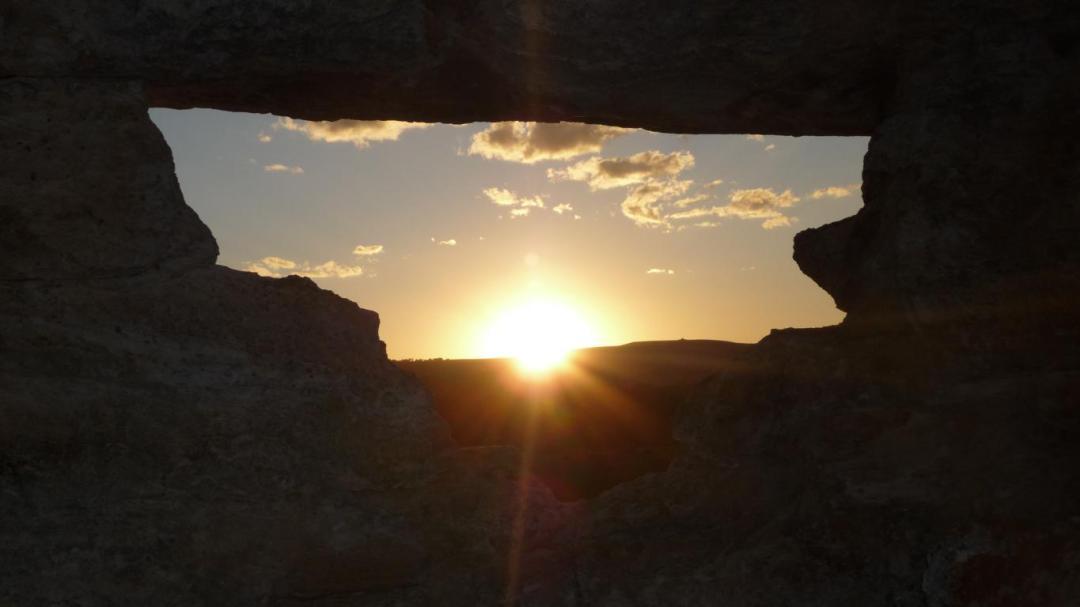 coucher de soleil fenêtre Isalo île de Madagascar