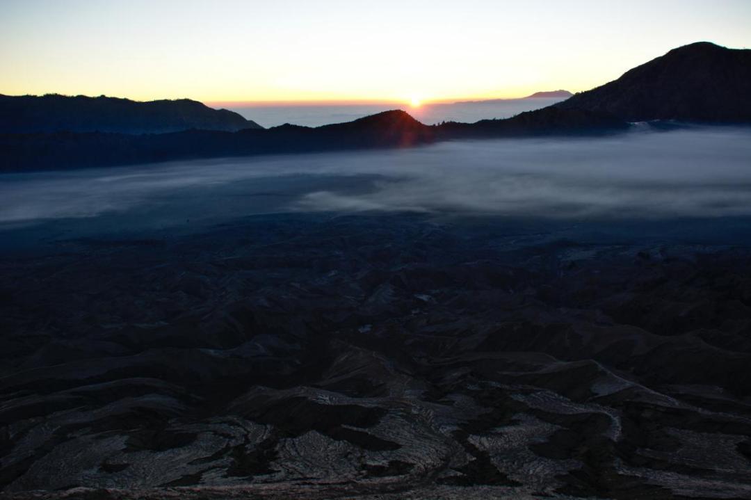 un panorama magnifique à 360 depuis le sommet du volcan Bromo à Java