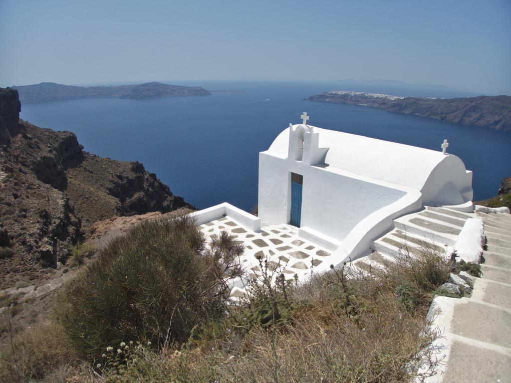 santorin chapelle typique aux couleurs de la grèce