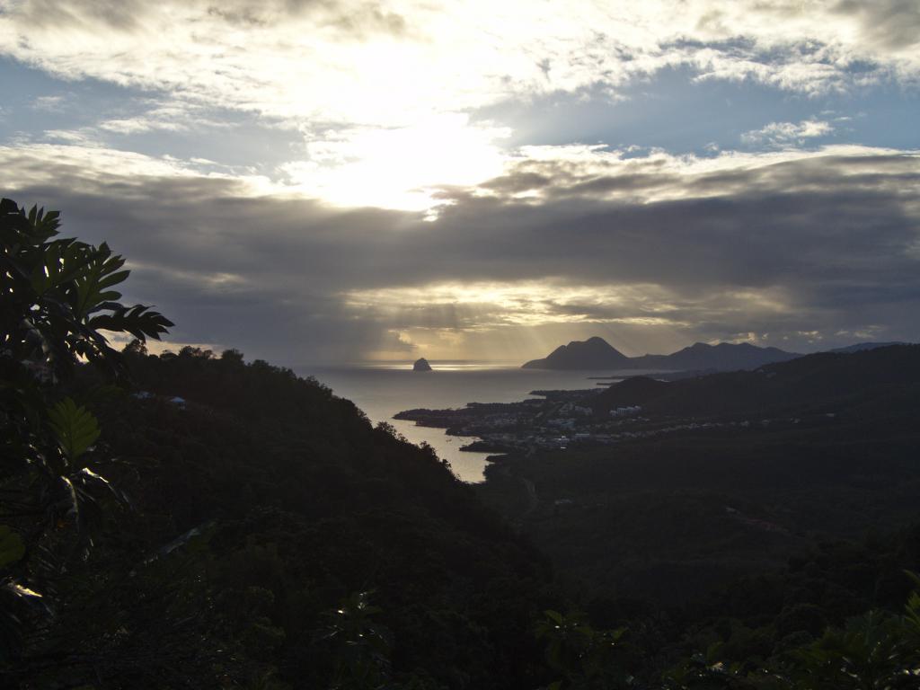 coucher de soleil depuis le morne gommier vue sur la baie du diamant