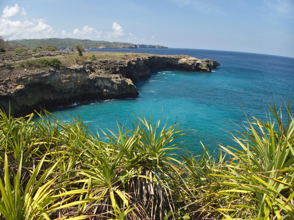 le lagon bleu de l'île de nusa lembongan en indonésie