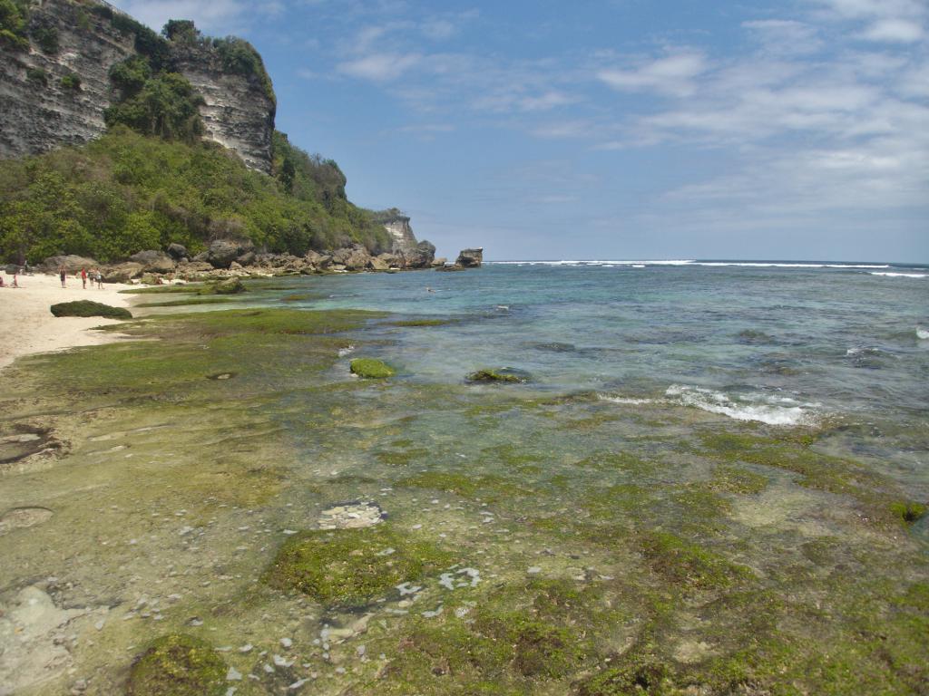 la plage d'uluwatu en indonésie