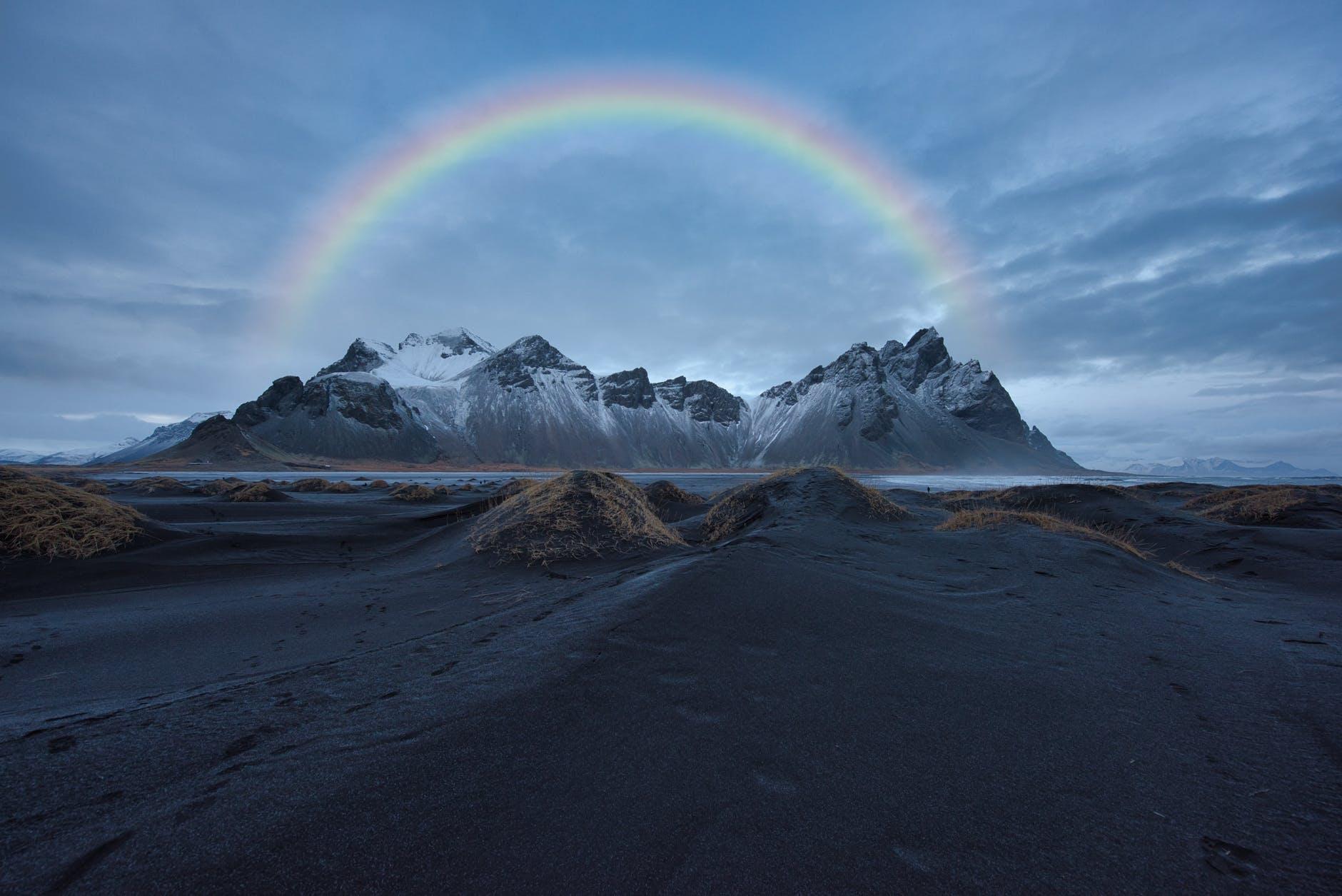 Montaña y arco iris