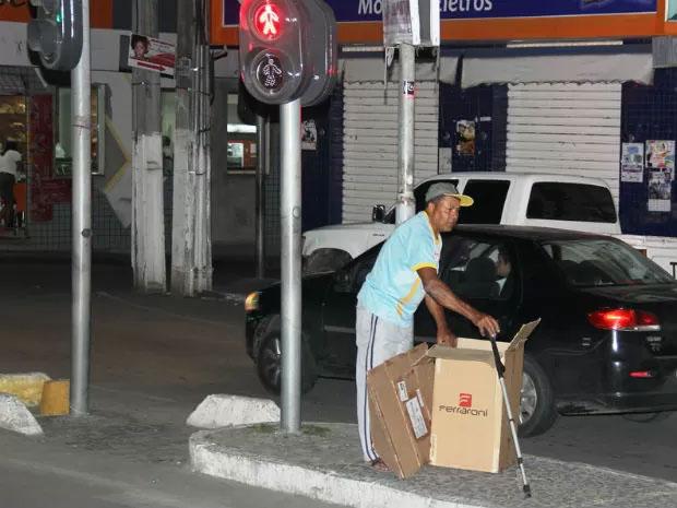 Mesmo com deficîência, José Carlos mantém coleta (Foto: Raimundo Mascarenhas/Calila Notícias