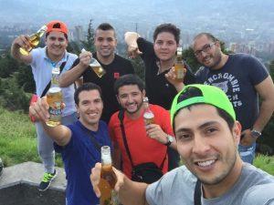 En Bogotá, López Anaya y sus amigos con cerveza colombiana en mano. ¡SALUD!