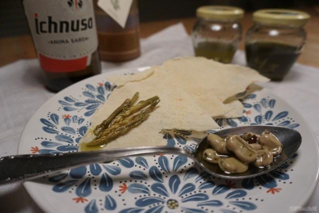 Typisch sardische Antipasti und Getränke, Asparagi, Fagioli, Pane carasau, Ichnusa, Mirto