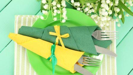 Noi pliam servetele de hârtie pentru o masă festivă