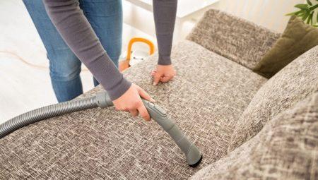 Limpando o sofá em casa