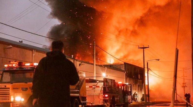 Dantesco incendio en la fábrica Austral-Tex en Río Grande