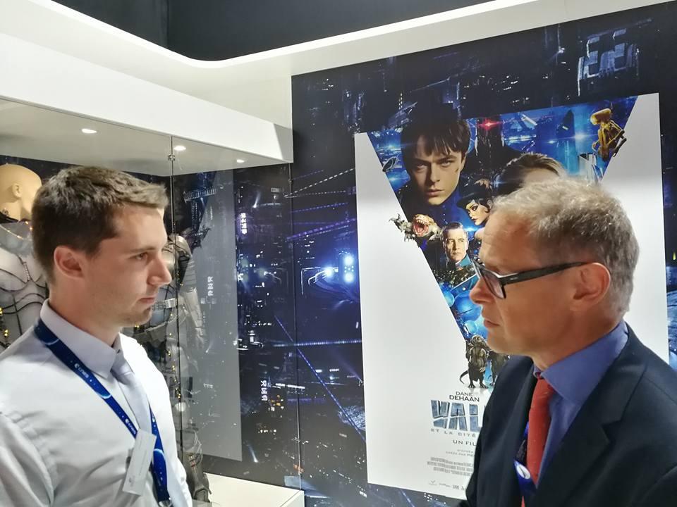Kevin Costard (Modélisateur 3D - VR2Planets) discutant avec Sylvestre Maurice sur le pavillon du CNES lors du Vue de l'intérieur du pavillon du CNES lors du Salon International de l'Aéronautique et de l'Espace 2017 (Le Bourget)