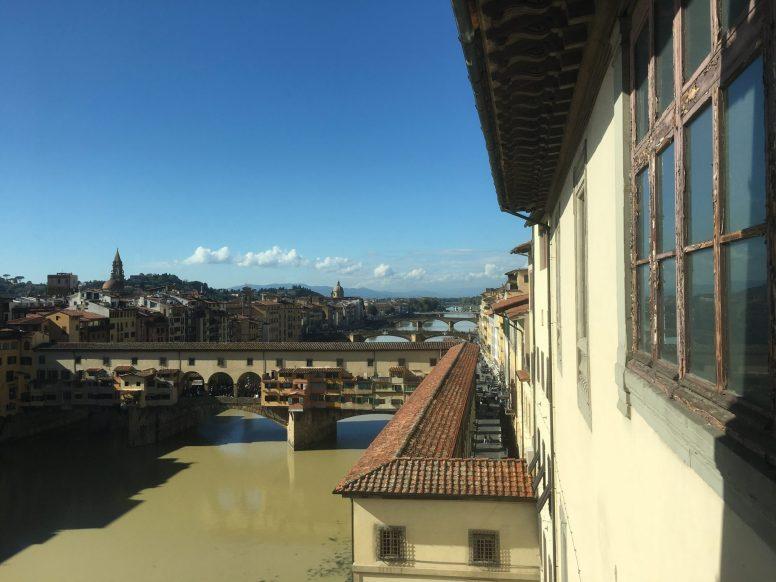 Тот самый мост Веккьо, ведущий из Уффицы в Палаццо Питти, тут хорошо видна верхняя галерея