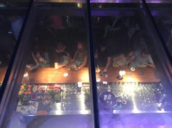 Наблюдаем за посетителями бара. Сочувствовали парню в середине, который никак не мог найти себе подругу