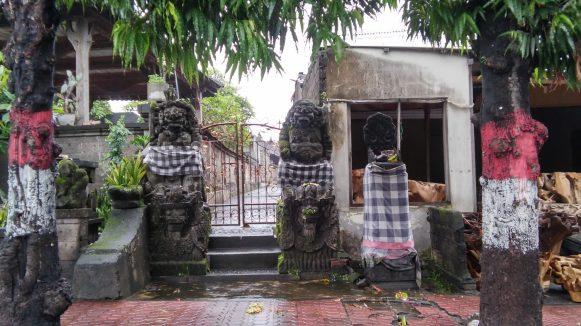 Храмики и статуи оборачивают в клетчатую материю как символ дуализма