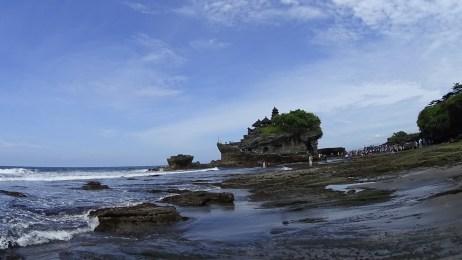 Храм во время отлива, можно видеть множество туристов вокруг него