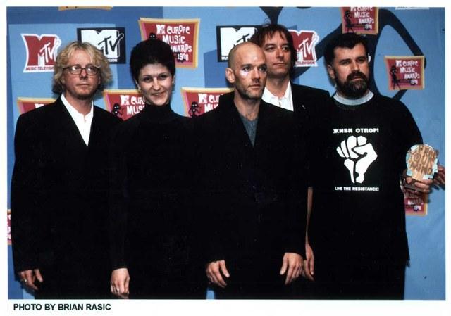 Članovi grupe REM uručuju MTV nagradu Free Your Mind 1998. god. Veranu Matiću