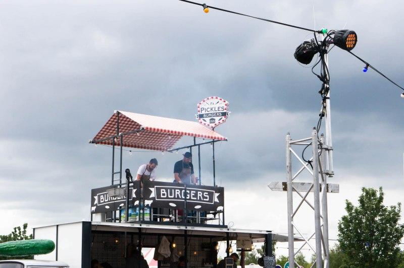 De burgerbakkers van Firma Pickles torenen hoog boven het terrein uit