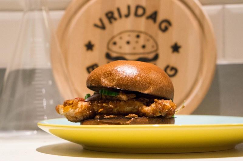 Krokante kipburger met satésaus
