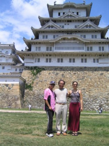 Vanessa with Sylvia Cuenca and host Osamu Yamamoto at Himeji Castle; August 22, 2005
