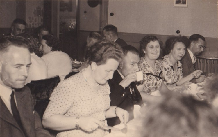 Bij het diner van de vrolijke Rudolfers