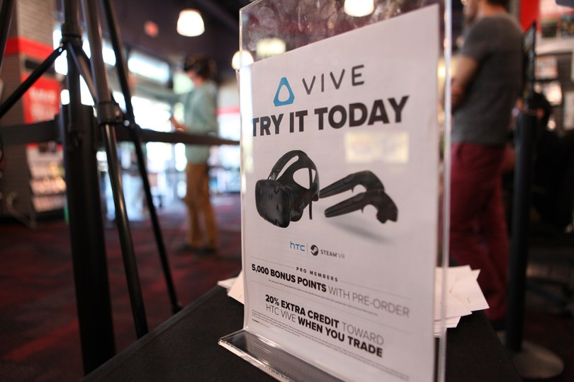 htc-vive-gamestop6