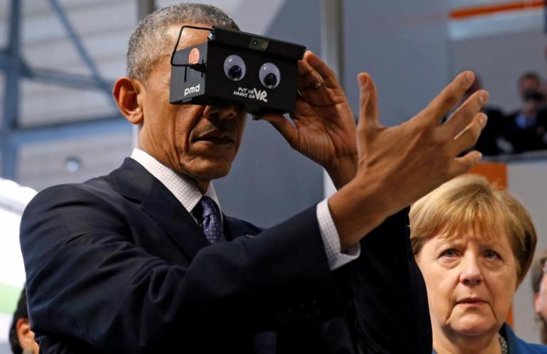 Obama tries Google Cardboard in Hanover, Germany April 25, 2016. REUTERS/Kevin Lamarque