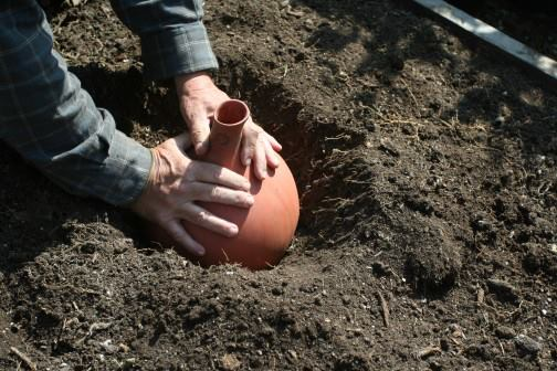velika glinena posoda,olla, glinene posode za namakanje vrta in dreves, glinena posoda za globoke koreninske sisteme