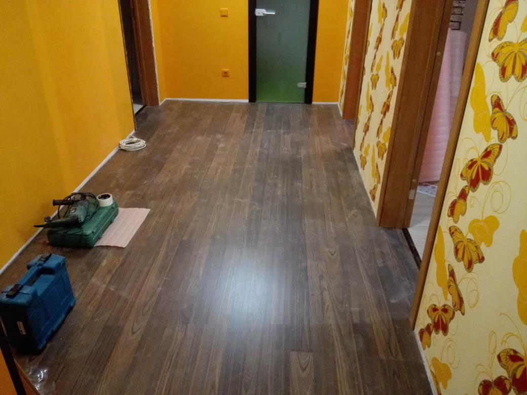 Pavimento Incollato Sul Vecchio il laminato su linoleum necessita di un substrato. È