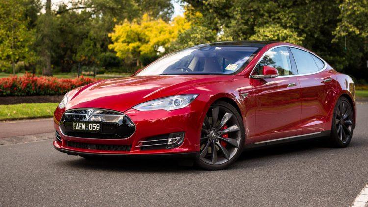 Tesla Model S был представлен на международном автосалоне 9 лет назад, однако с конвейера машина сошли лишь через три года. Этот автомобиль отличается стильным дизайном и высокими скоростными качествами, которые превышают показатели некоторых моделей BMW и Porshe. Основные характеристики Особенности аккумулятора Тесла В эту модель производитель установил современный аккумулятор, который имеет на выбор емкость 60 кВт/ч и 85 кВт/ч. Запас хода данного аккумулятора составляет 335 км и 426 км соответственно. Сам аккумулятор в машине расположен на днище, что повышает уровень безопасности. Трансмиссия и мотор В Model S установлен уникальный трехфазный двигатель, который разработали специалисты компании Тесла исключительно для этого автомобиля. В максимальной комплектации мощность мотора составляет 416 лошадиных сил, а крутящий момент 600 Нм. Для охлаждения в автомобиле установлена жидкая система. Трансмиссию для своего авто Тесла взяла у Mercedes-Benz, так как она отличается надежностью. Ходовая и подвеска В автомобиле Тесла установлено множество современных узлов и систем. Ходовая части имеет пневматическую подвеску, которая по желанию владельца может изменять просвет. При этом в любом положении автомобиль отлично держит дорогу. В автомобиле установлен электроусилитель руля, благодаря чему водитель может изменять его жесткость. Также отличительной особенностью модели является тормозная система. Благодаря наличию уникальной системы торможения авто может не только тормозить, но и переводить высвобождаемую энергию в электричество. Стоимость автомобиля Тесла Автомобили Tesla можно приобрести в странах Европы и Соединенных Штатах Америки. Цена автомобиля зависит от комплексации и может варьироваться от 62400 долларов США до 85900 долларов США.
