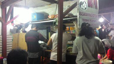 Lek Pur & Istri melayani pelanggan ketika Pasar Malam