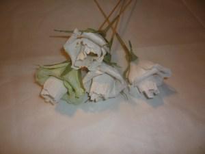 розы из бумаги для конфетного букета