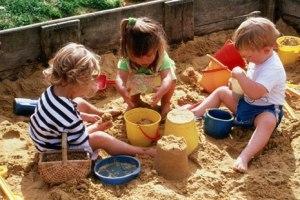 дети играют в песочнице