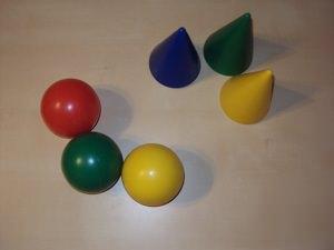 пластмассовые шары и конусы