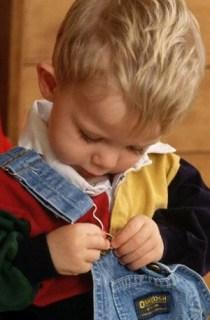ребенок одевается