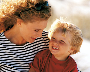 мама и малыш смеются
