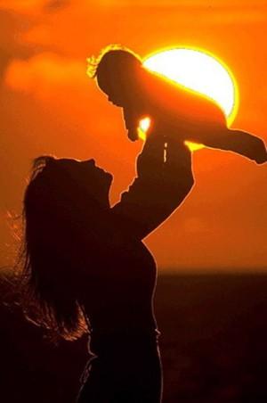 мама и малыш радуются жизни