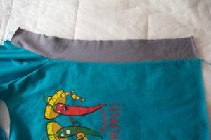 притачиваем боковые вставки к детской футболке
