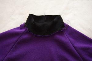 притачиваем обтачку к горловине детской футболки